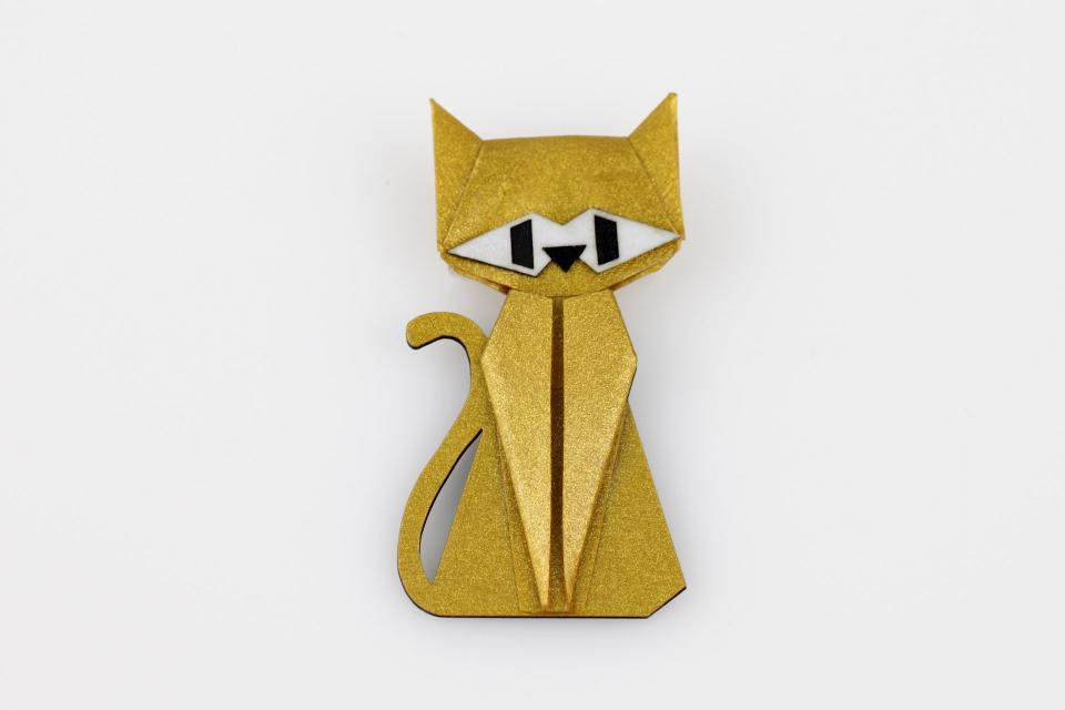 Cat-shaped brooch in gold color