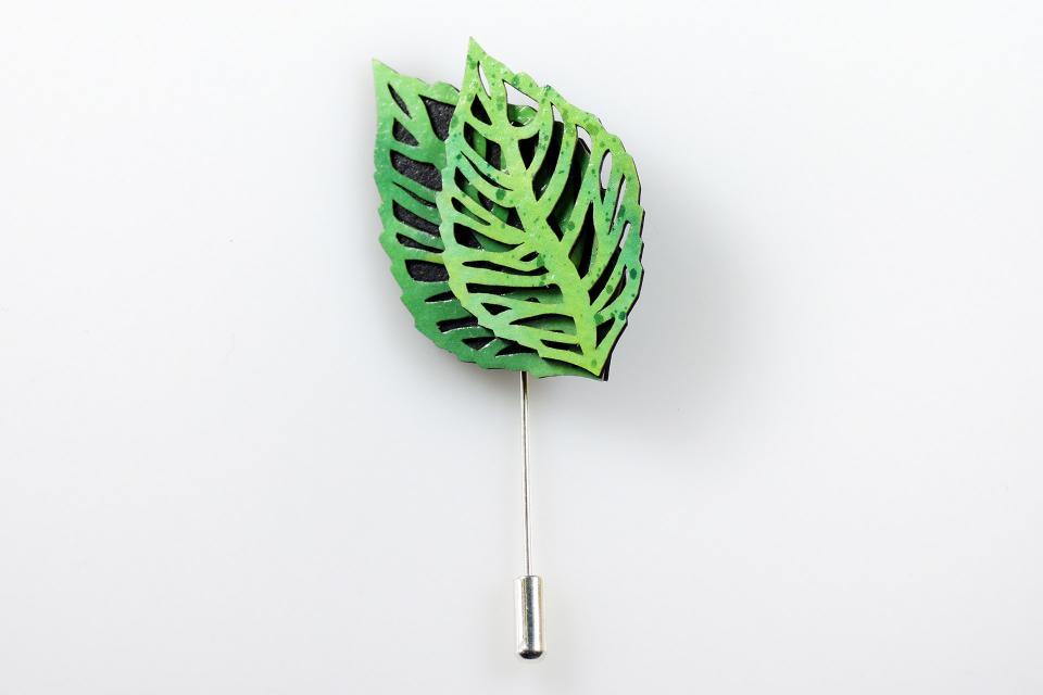 Natural leaves brooch in green by Joyas de Papel