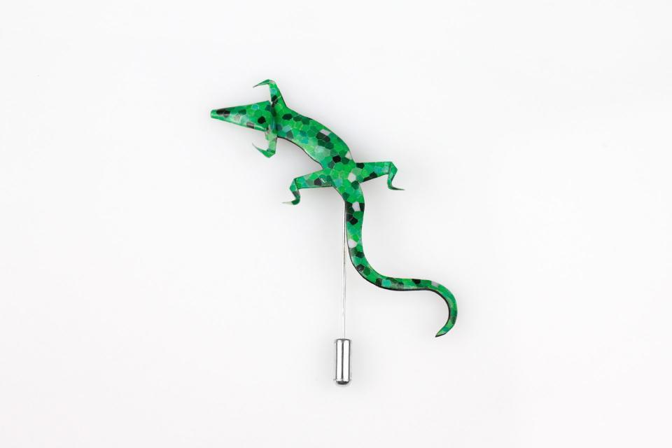 Natural y divertido broche salamandra en tonos verdes realizado en papel tratado y resistente al agua a un precio low-cost.