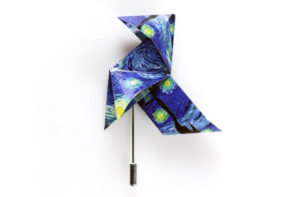 Broche de aguja con forma pajarita con la imagen de La noche estrellada de Van Gogh. Bisutería de diseño low cost