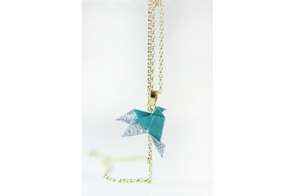 Gargantilla pájaro de origami cadena dorada, vista frontal