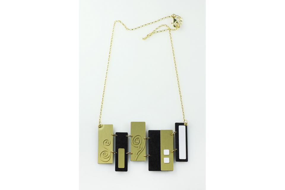 Collar en papel y plata de ley bañada en oro con formas geométricas inspiradas en Klimt