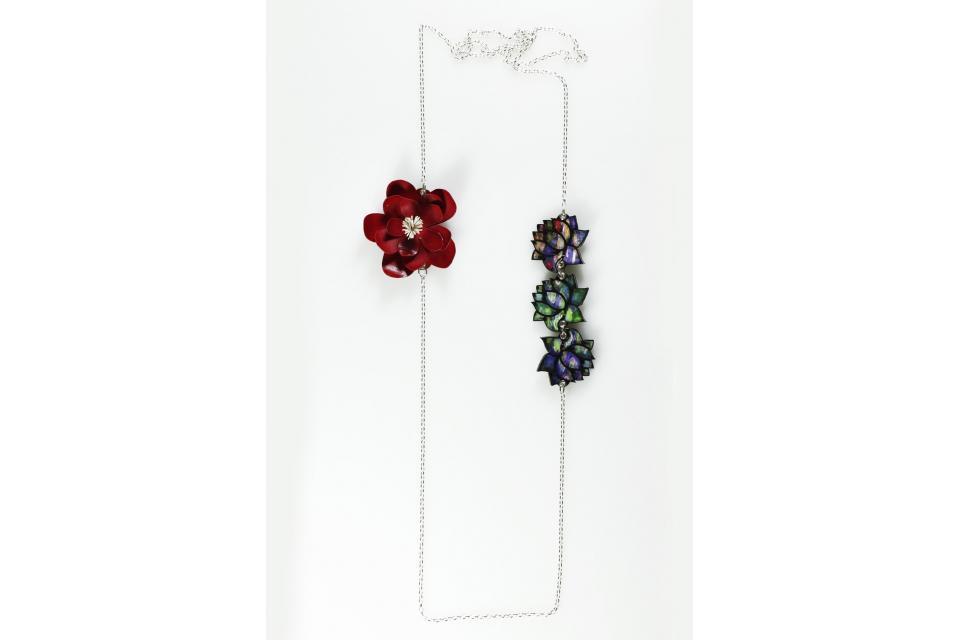 Bonito collar de plata de Ley con una flor 3D de color rojo, acompañada por tres nenúfares planos realizadas también con papel
