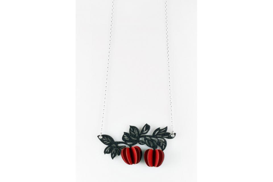 Collar elaborado de forma artesanal empleando materiales como el papel y la plata