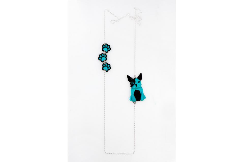 Collar de plata con un perro azul de origami y huellas
