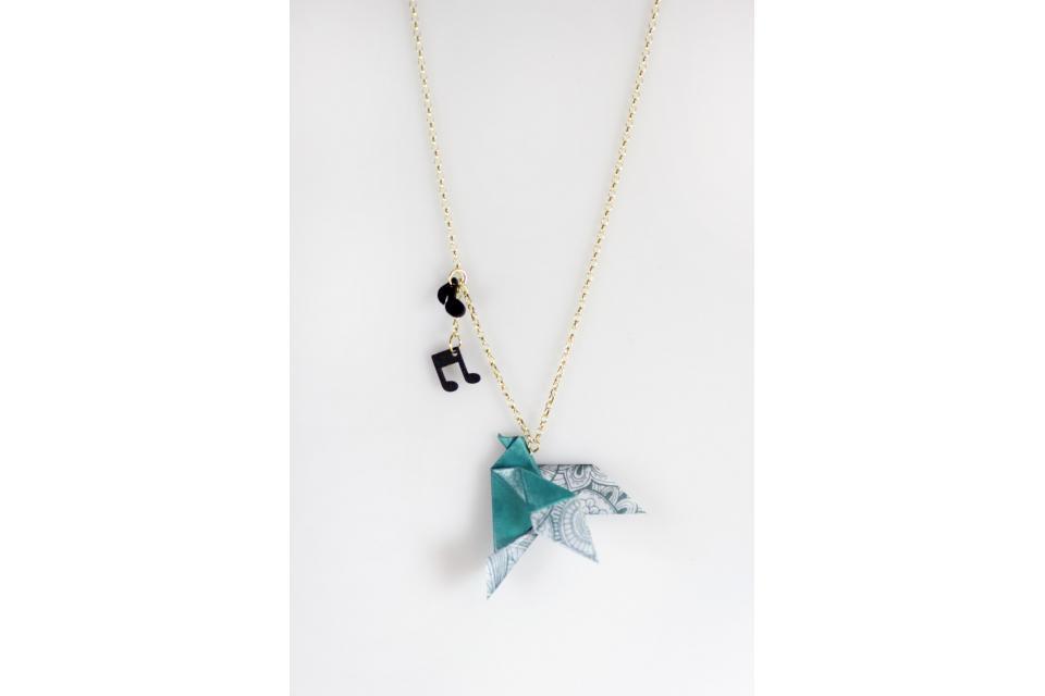 Collar pájaro en papel origami, vista frontal