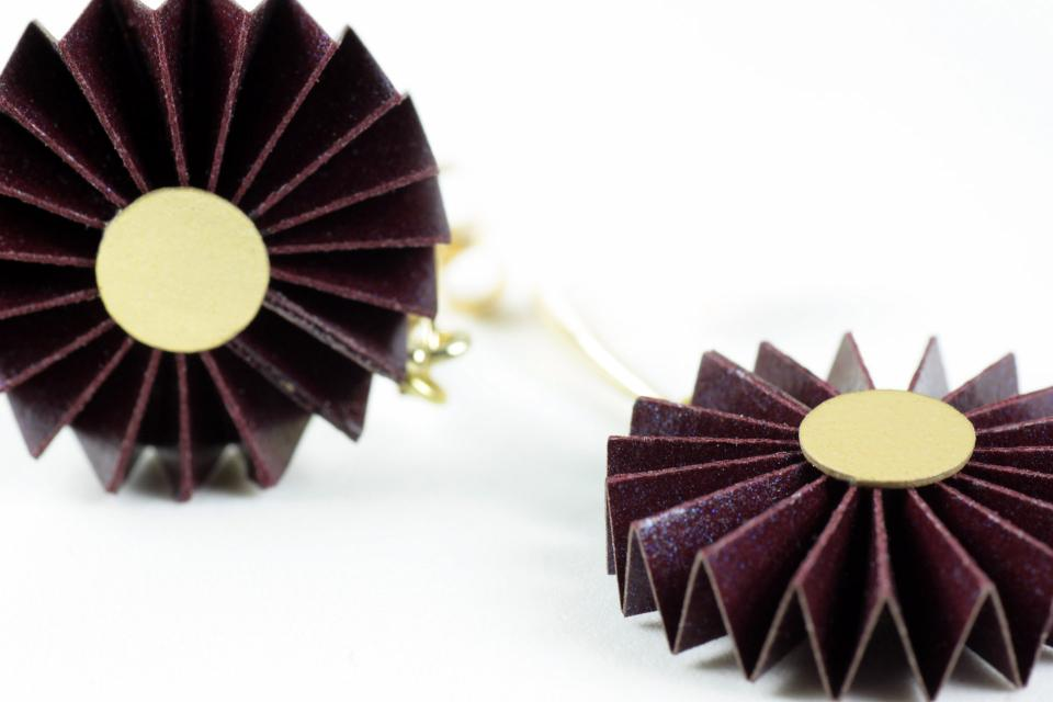 Joyas de Papel creates short circular earrings of treated paper, set in nickel-free brass with flash bath in gold