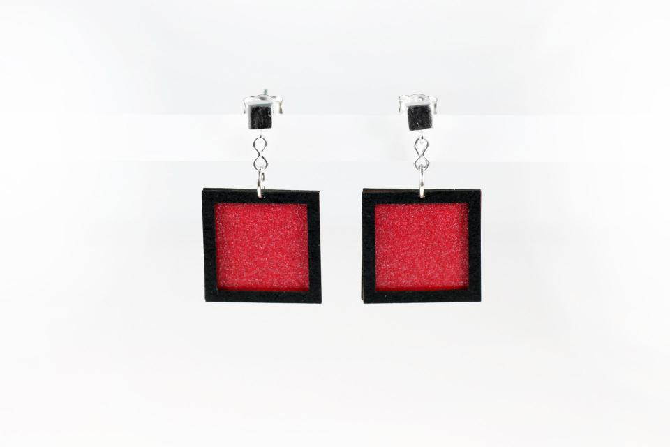 Pendientes minimalistas con forma cuadrada. Color rojo