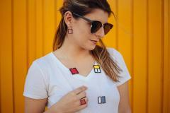 Chica con complementos Mondrian en papel y plata de ley