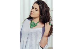 Mujer con original collar formado de hojas