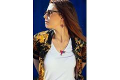 Chica con collar pájaro de origami marca Joyas de Papel