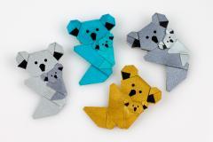 Vista de cuatro originales koalas de papiroflexia en distintos colores con sus respectivas crías símbolo de la ternura y maternidad