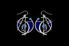 Pendientes de diseño abstracto con figuras geométricas y pequeños engastes de papel de color azul e índigo montados en base plateada y cierre romano.
